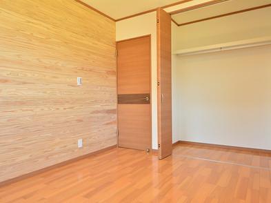 全居室の壁一面に天然無垢の杉板を使用。木の香りでリラックスできます