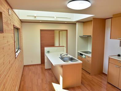 IHシステムキッチンは人造大理石仕様。浄水器や食洗器付きです