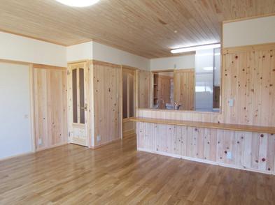 キッチンとリビングダイニングは床も壁も天井も本物の木を使用