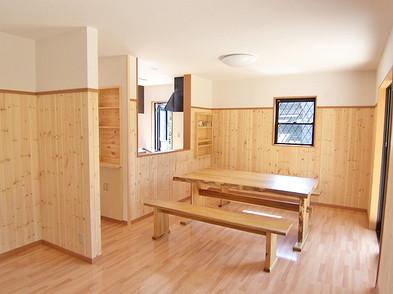 杉板張りの広いダイニングとリビングです。テーブルも当社オリジナル