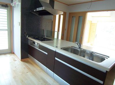 1階のキッチンダイニング。左から奥には食品庫と勝手口