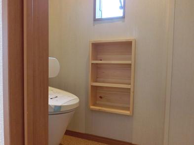 座っていてもすぐには見えないトイレ。 自動洗浄便器と壁収納