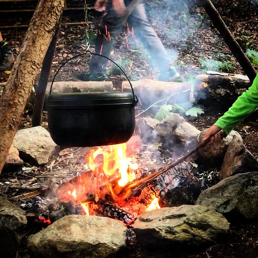 Kochen über dem Feuer