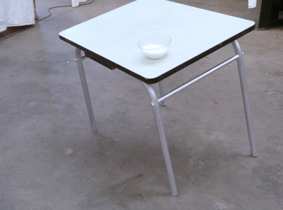 """""""Table à dahut"""" table, bol, lait"""