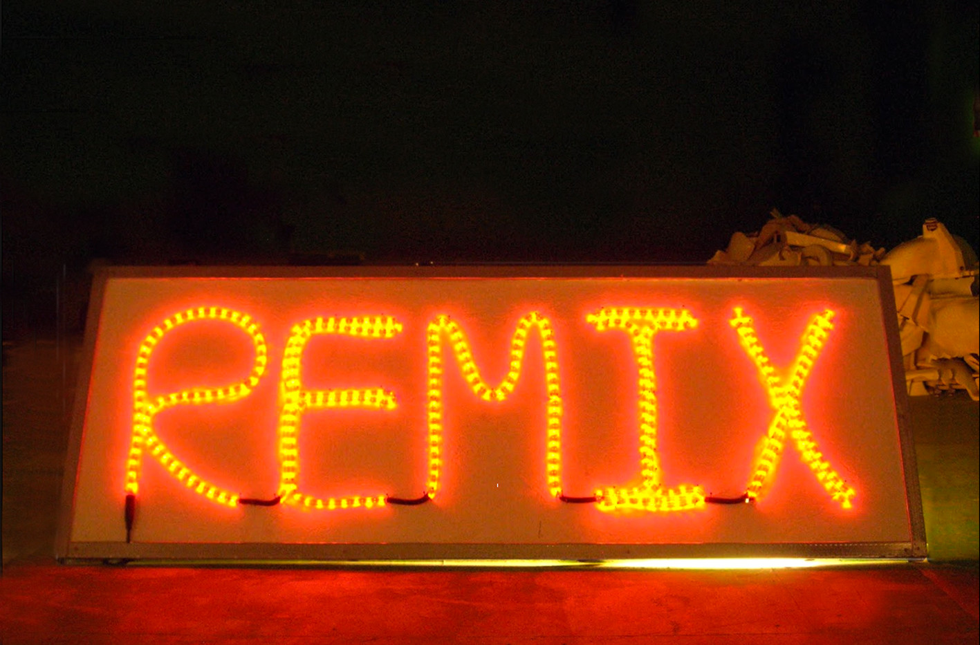 """Remix"" guirlande lumineuse, contre plaqué et alu"