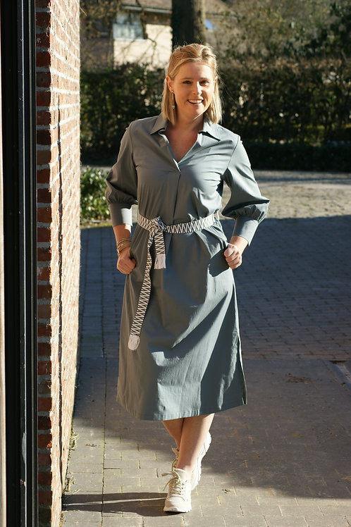 54450 Enkellengte donkergrijze jurk met lint Gigue