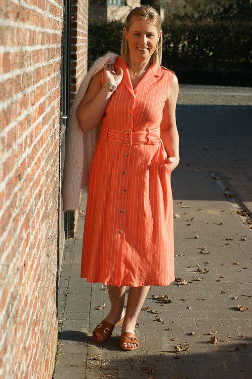 54184 Open jurk doorknoop met riem in peachkleur Xandres
