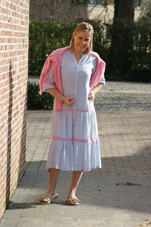 54499 Lange jurk met lichtblauwe streepjes en roze broderie Atmos