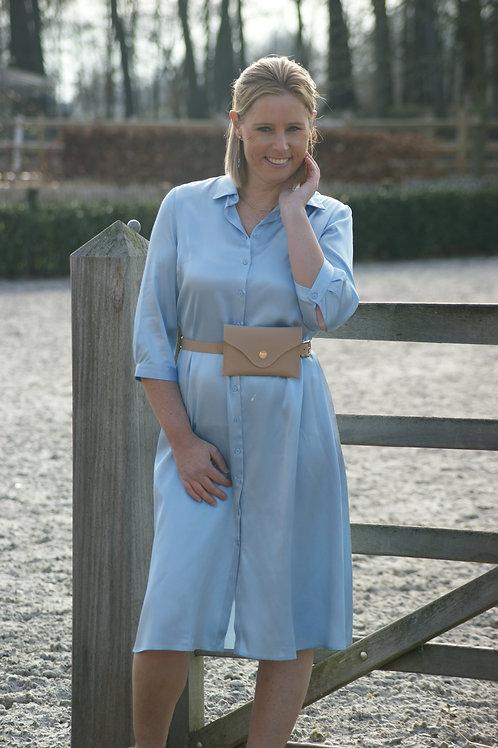 54537 Blauwe satijnlook jurk met heuptasje midi-lengte Senso