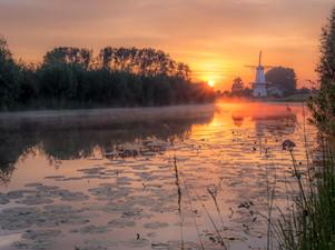 Molen de Vlinder aan de rivier de Linge in de vroege ochtend