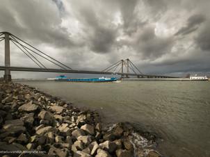 Indrukwekkende lucht boven rivier de Waal en de Prins Willem Alexanderbrug bij Echteld