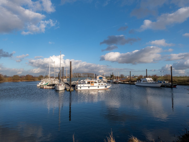 Prachtige wolkenlucht bij haven
