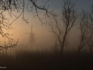 Mistige zonsopkomst bij De Marsch(molen) in Lienden