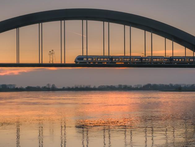 Trein over Kuilenburgse spoorbrug bij rivier de Lek
