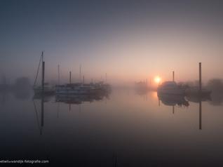 Bootjes in de haven op een mistige ochtend