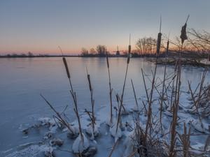 Sneeuw, ijs en een mooie zonsopkomst bij de molen