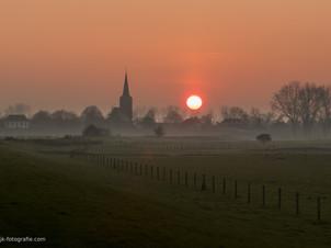 Nicolaaskerk in Ravenswaaij bij zonsondergang
