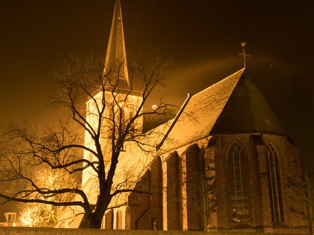 Maansverduistering rond kerk