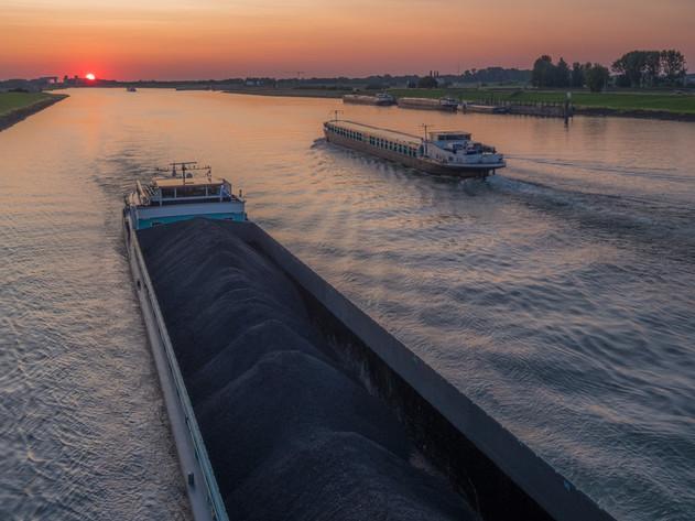 Binnenvaartschip op Amsterdam-Rijnkanaal bij Rijswijk Gelderland tijdens zonsondergang