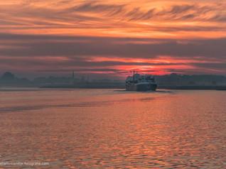 Binnenvaartschip op rivier de Lek bij Rijswijk Gelderland