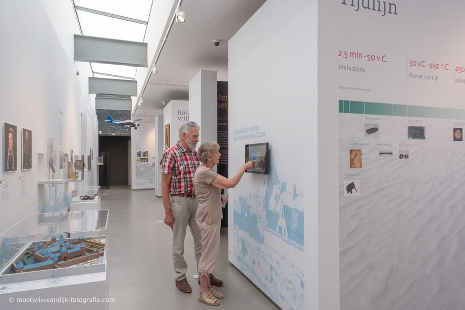 Het stadsmuseum Grave wil het Graafs cultureel erfgoed belichten voor een breed publiek en een belangrijk knooppunt zijn voor toeristen die de stad komen bezoeken.In de nieuwe zaal krijg je als bezoeker een reis door de tijd. Vanaf de prehistorie tot nu uitgewerkt in zes thema's.