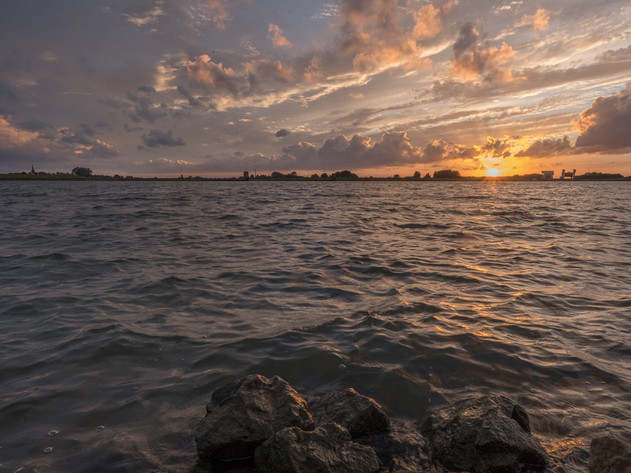 Zonsondergang bij Ravenswaaij en de rivier de Lek