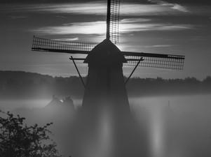 Een mistige ochtend bij De Marsch(molen) in Lienden, Betuwe in zwartwit