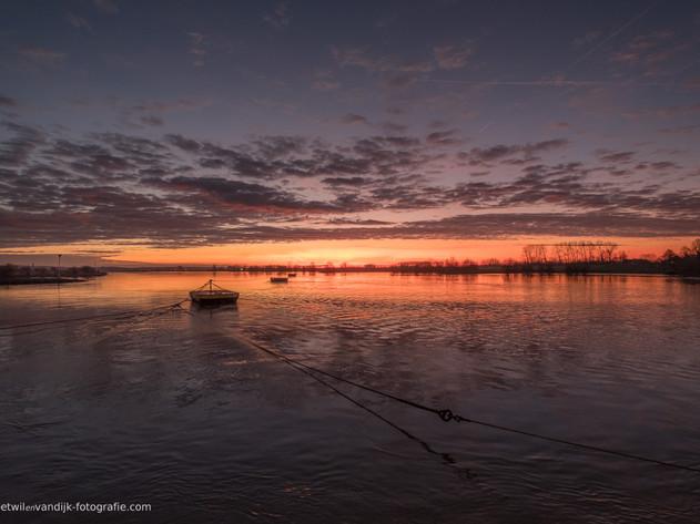 Vurige zonsopkomst gierponten veerpont Eck en Wiel-Amerongen