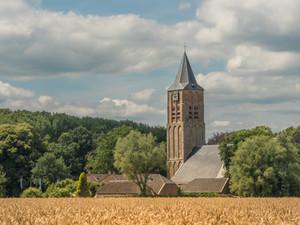 Kerk bij graanveld