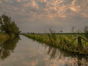 Prachtige zonsopkomst bij De Marsch(molen) in Lienden in de Betuwe