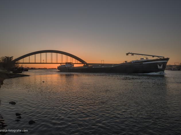 Binnenvaartschip bij spoorbrug Culemborg