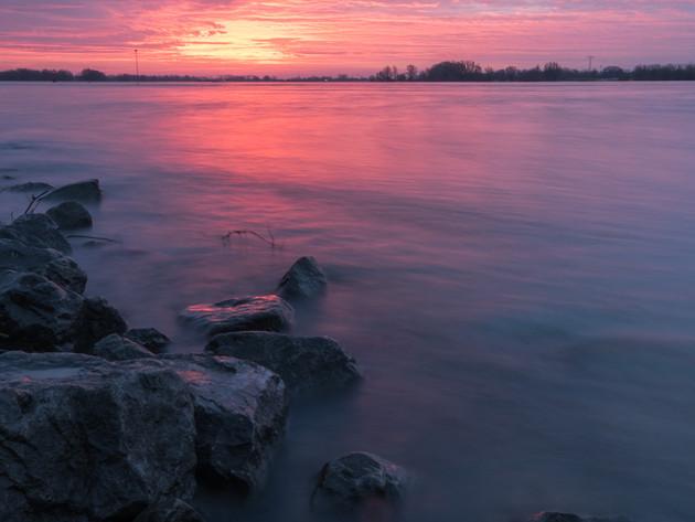 Zonsopkomst bij rivier de Waal