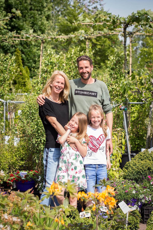 Emiel en Ria de Jong met twee van hun vijf kinderen.