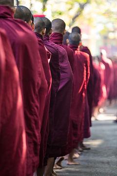 Monges budistas na fila para refeição