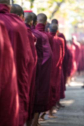 Monjes budistas que hacen cola para la c