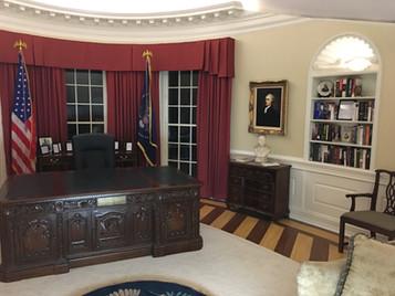 Oval Office Desing Presidential Desk