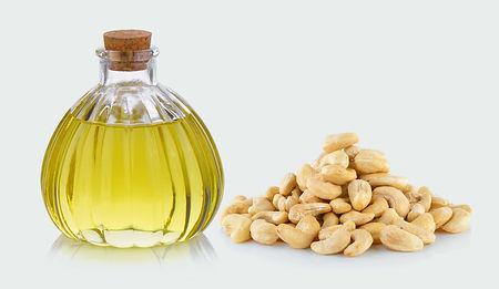 bouteille-et-noix-de-cajou-d-huile-sur-l