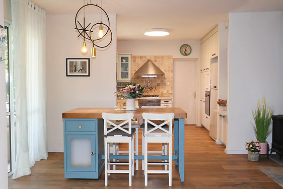 דלפק כחול מבט למטבח.jpg