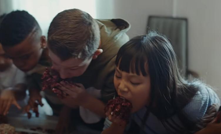 Niños comiendo una gran dona en video TKN de Rosalía