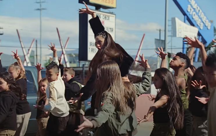 Niños bailando con Rosalía en video TKN