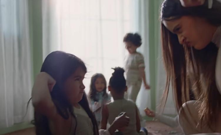 Rosalía enseña a los niños a ser fuertes en video TKN