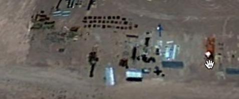 Robot gigante en área 51 visto desde el aire