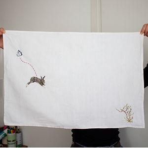 Lièvre, torchon brodé, 64 x 44 cm, 2020.