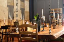 Tisch an Ketten