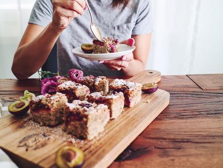 Süss-saurer Zwetschgen Crumble Blechkuchen