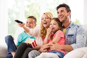 familia-reunida-vendo-tv.jpg
