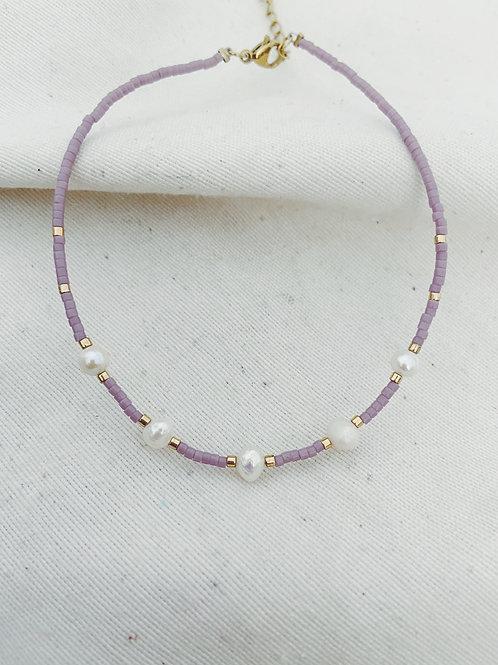 Pulsera lila y perlas