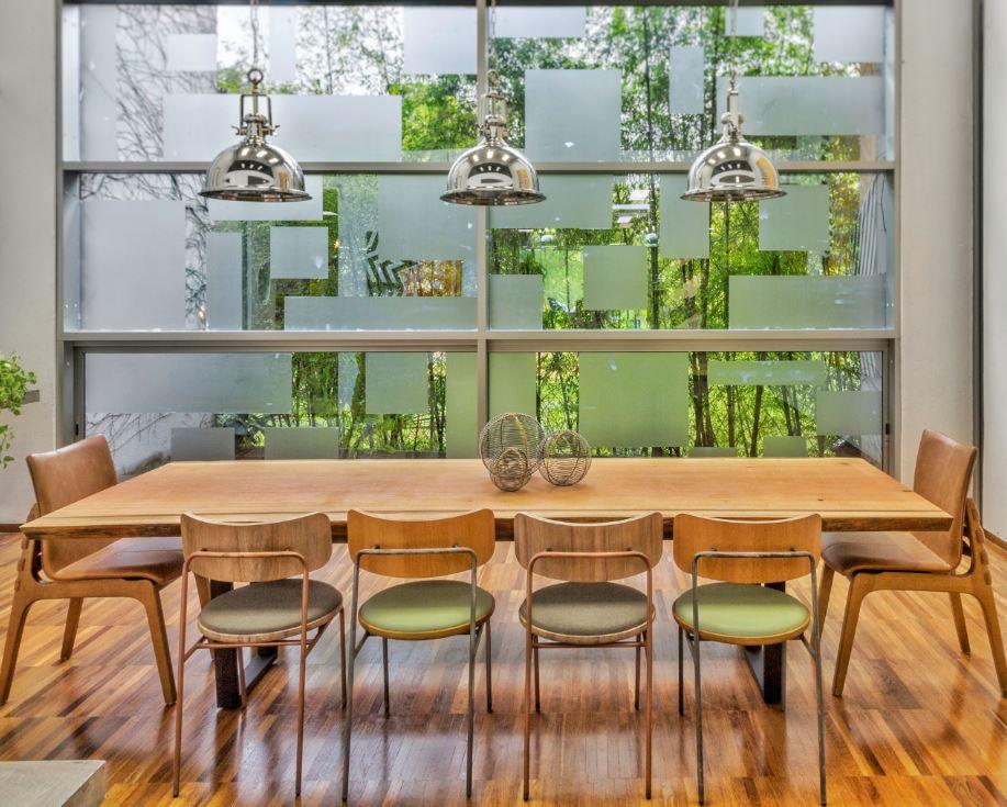 Mesa de jantar em madeira maciça de Pequiá com pés em aço carbono modelo U