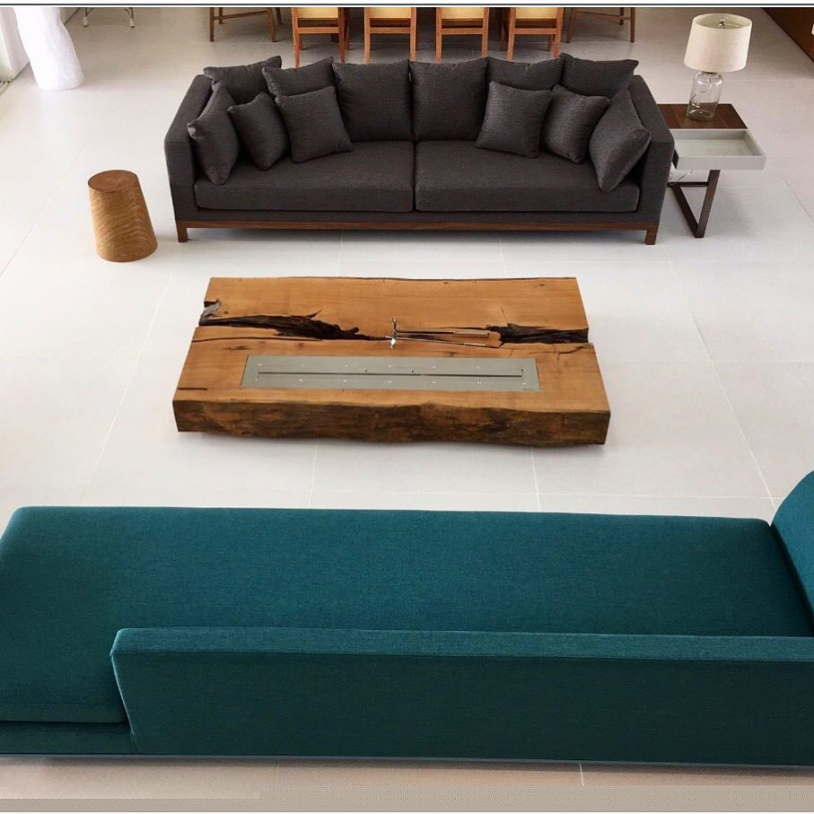 A lareira ecológica de Madeira da ArboREAL pode ser facilmente aplicada como mesa de centro na sala de estar ou na home.