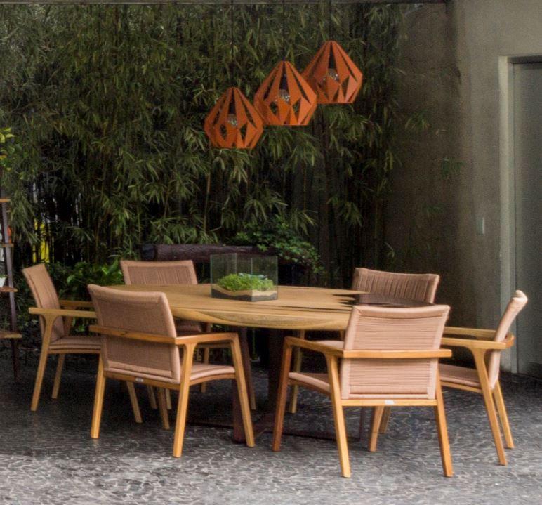 Mesa de jantar redonda com detalhe em resina preta e pés em aço cortén